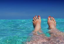 pekne nohy na plazi vo vode mora