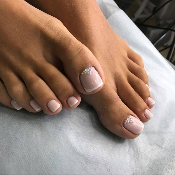 summer-2019-french-pedicure-1 Trendy pedikúra na jeseň a zimu 2019