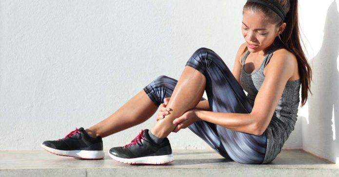 mlada zena po sporte s bolestivymi nohami
