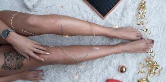 zena s peknymi nohami na koberci