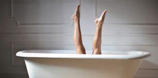 opuchnute nohy zena vo vani