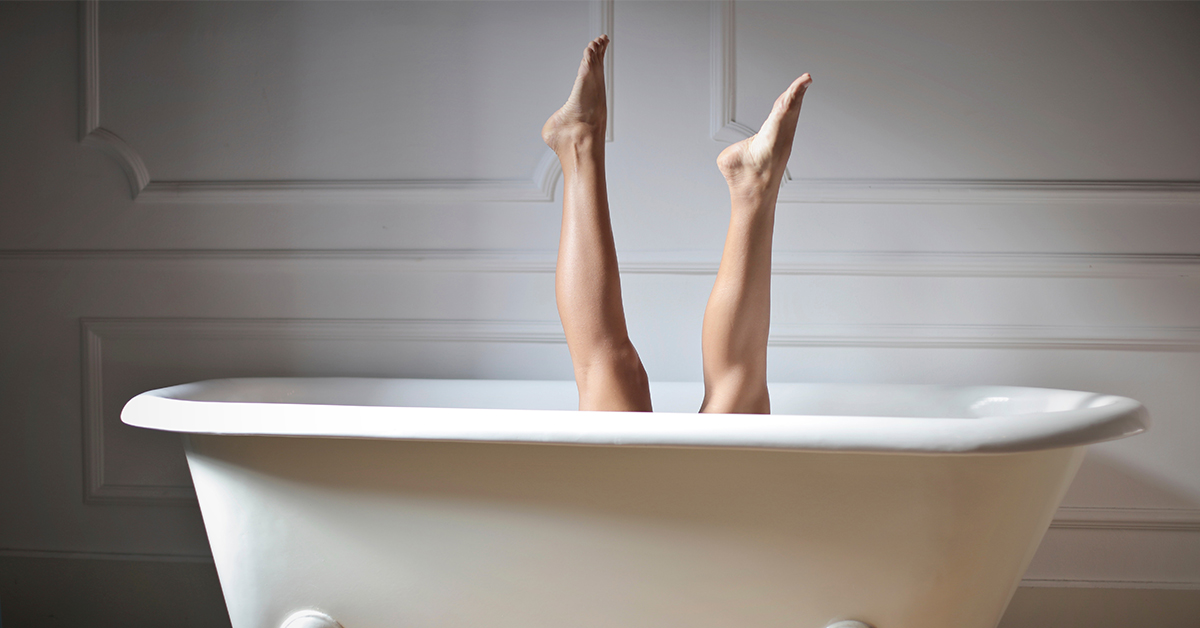 opuchnute-nohy-zena-vo-vani Ako odstrániť metličky a kŕčové žily ešte do leta?
