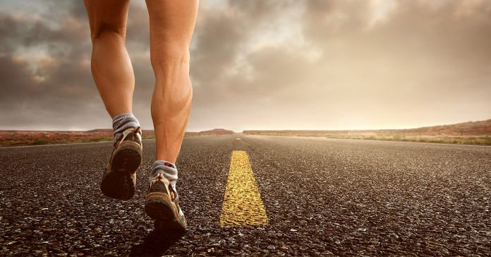 chlap jogging na ceste