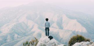muz-medituje-na-okraji-skaly-324x160 Úvod